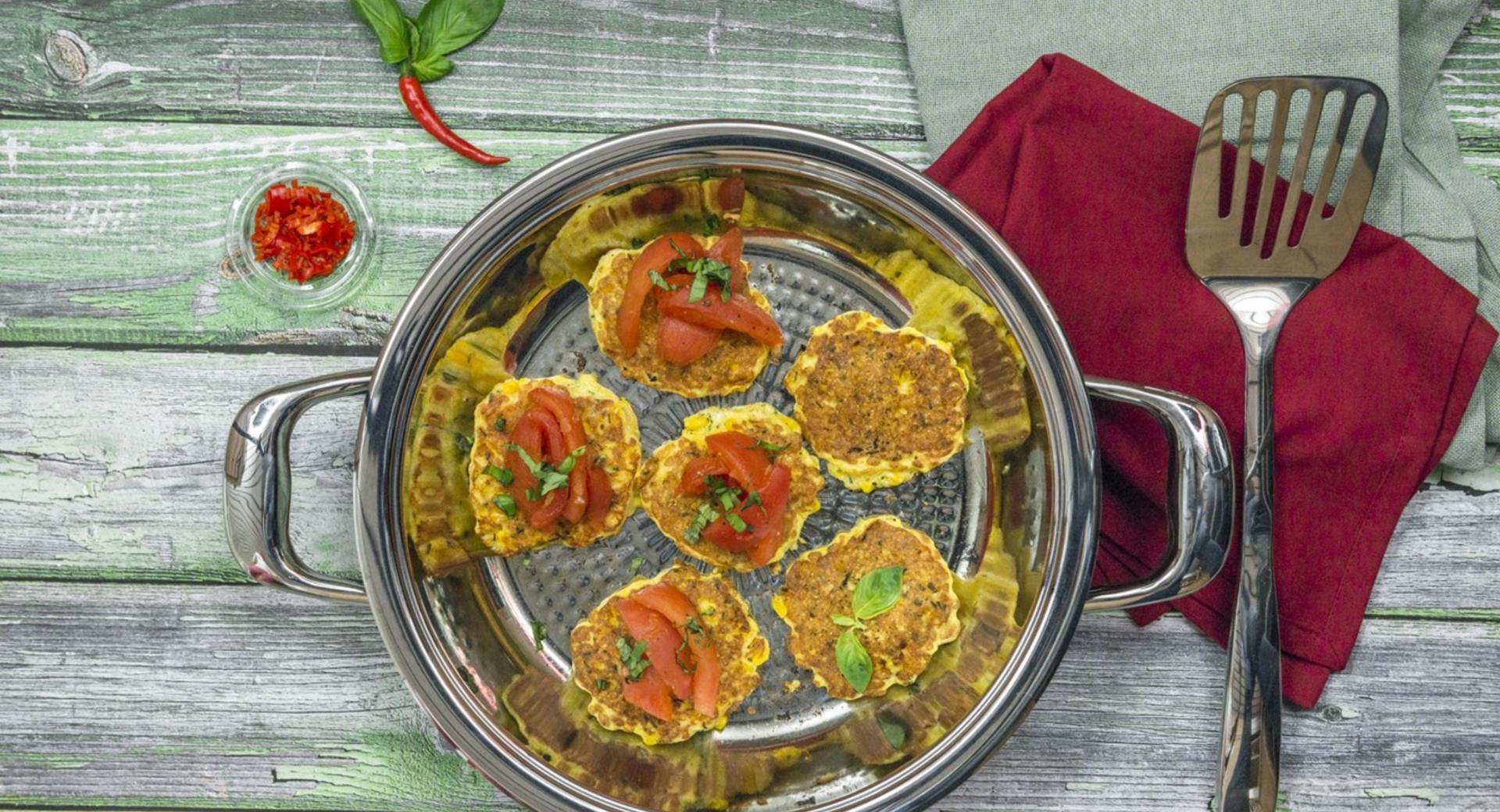 Maisplätzchen mit Tomatengemüse