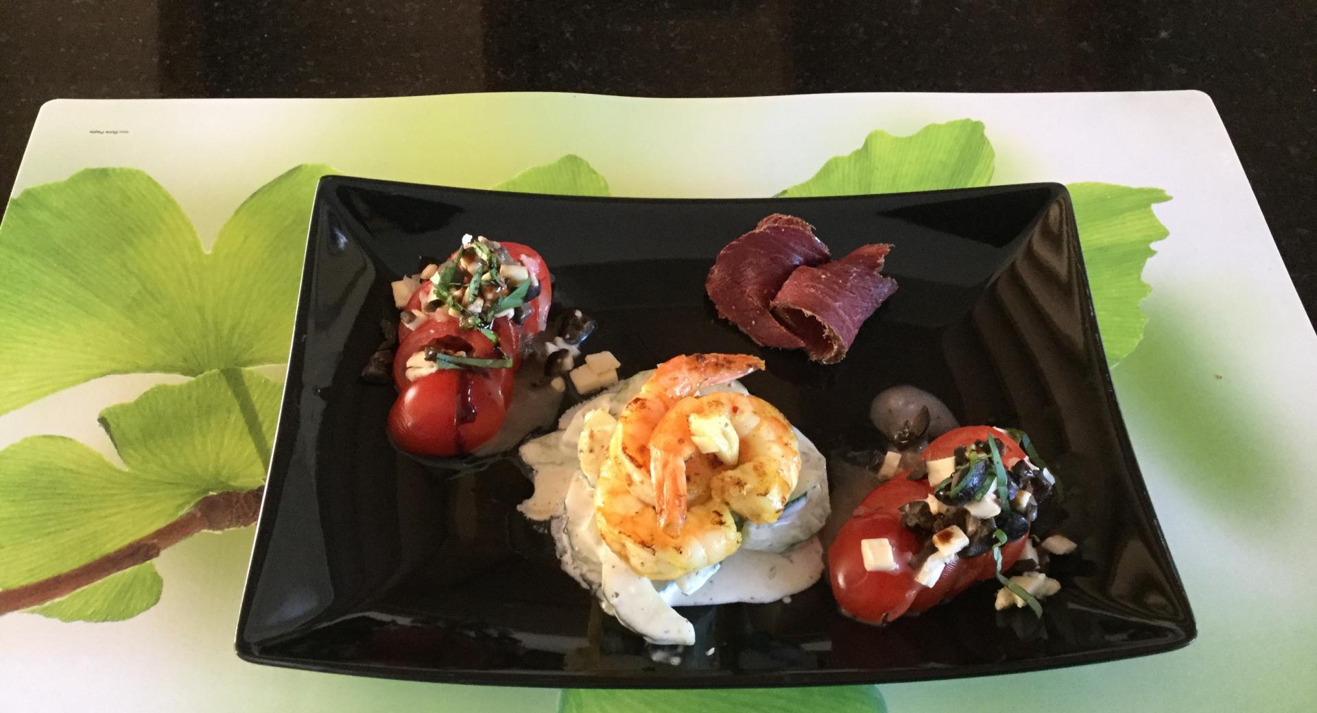 Grillierte Shrimps mit Wildschweintrockenfleisch und gem. Salat