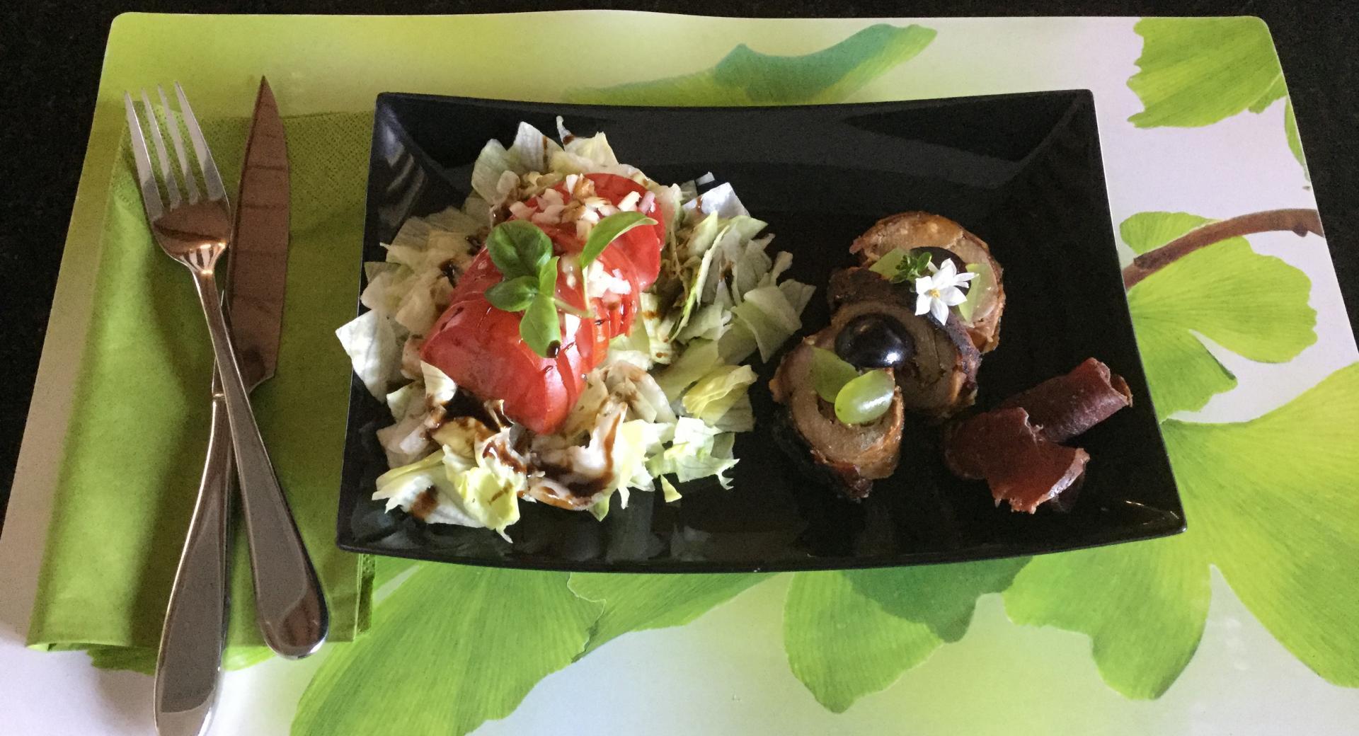 """Zwei mal """"Schwein"""" mit Salat zur Vorspeise"""