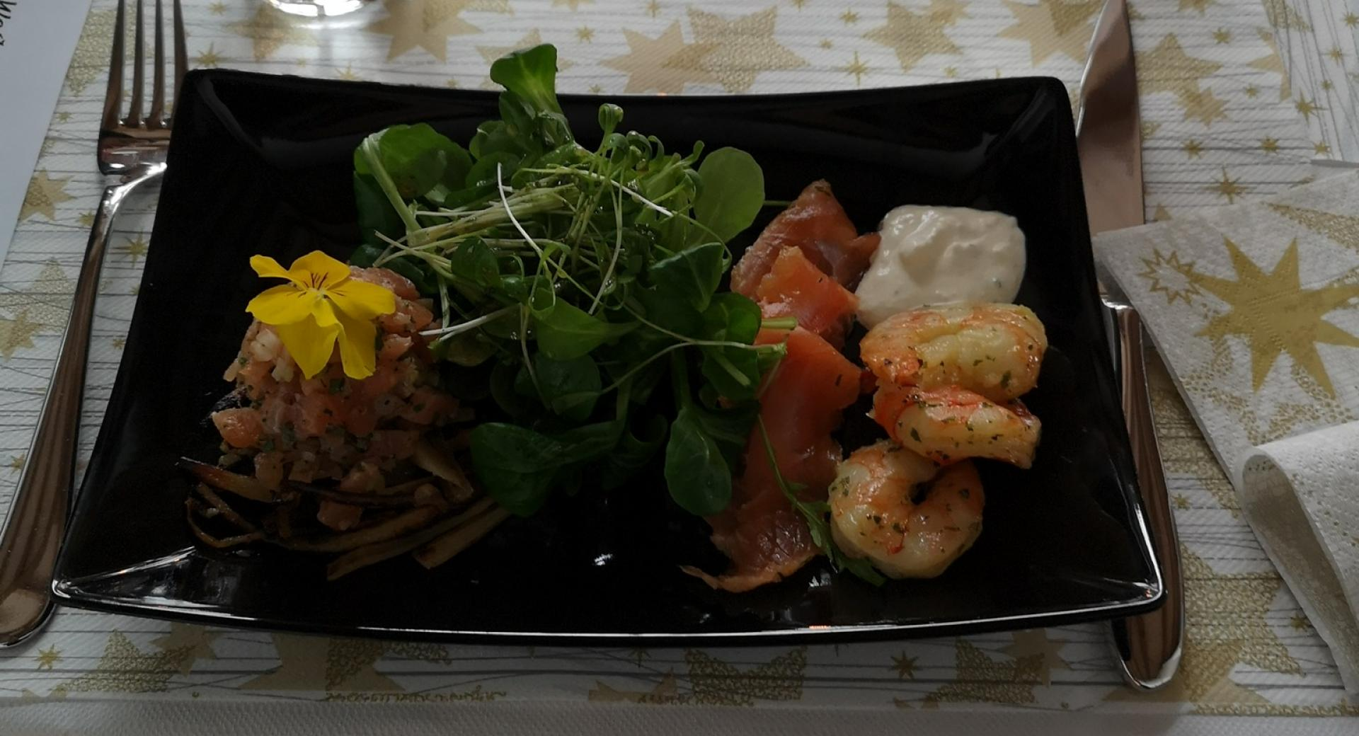 Marinierter Lachs, geräuchtes Forellentatar & grillierte Crevetten mit Wildkräutersalat