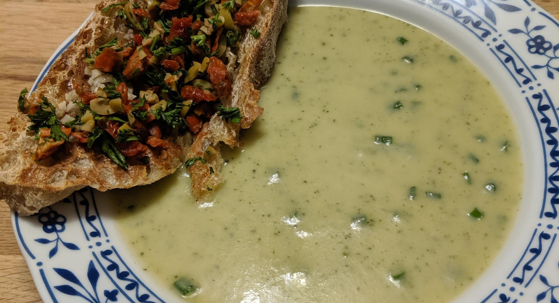 "Zucchini Suppe mit ""Crostini"""