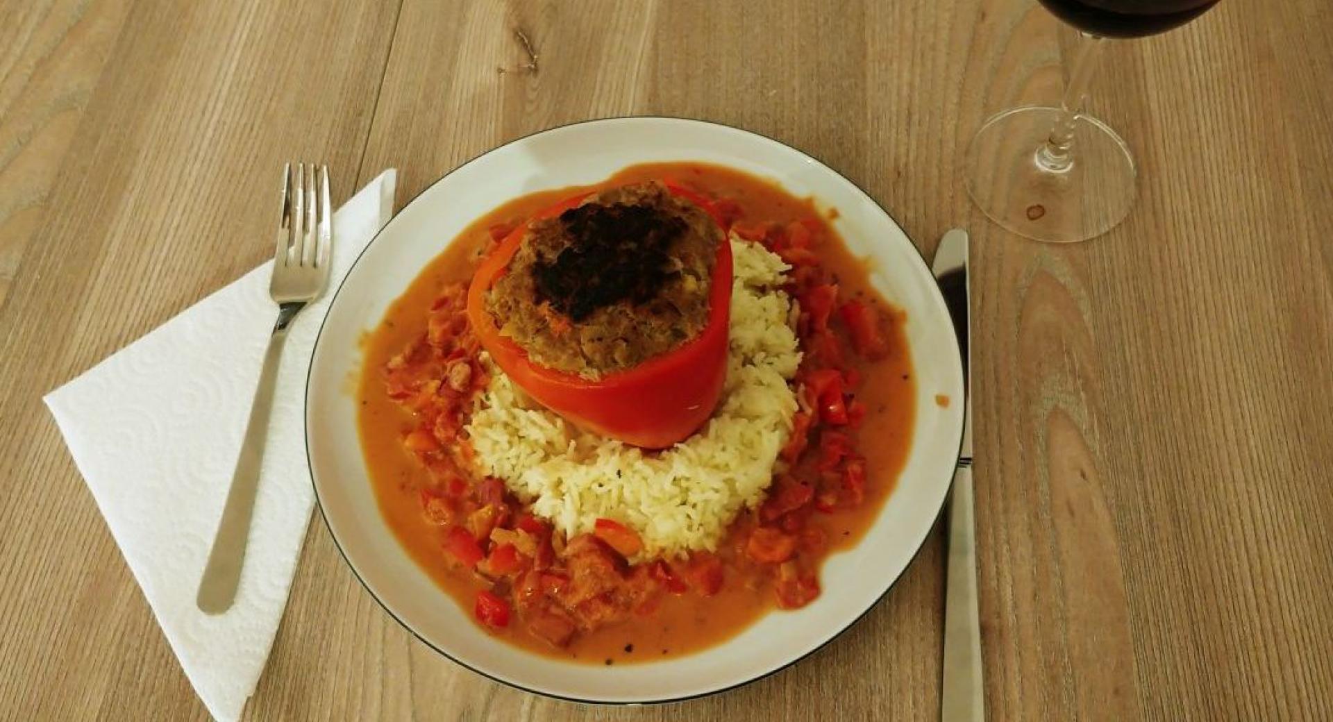 Gefüllte Paprika auf Reis mit Specksauce