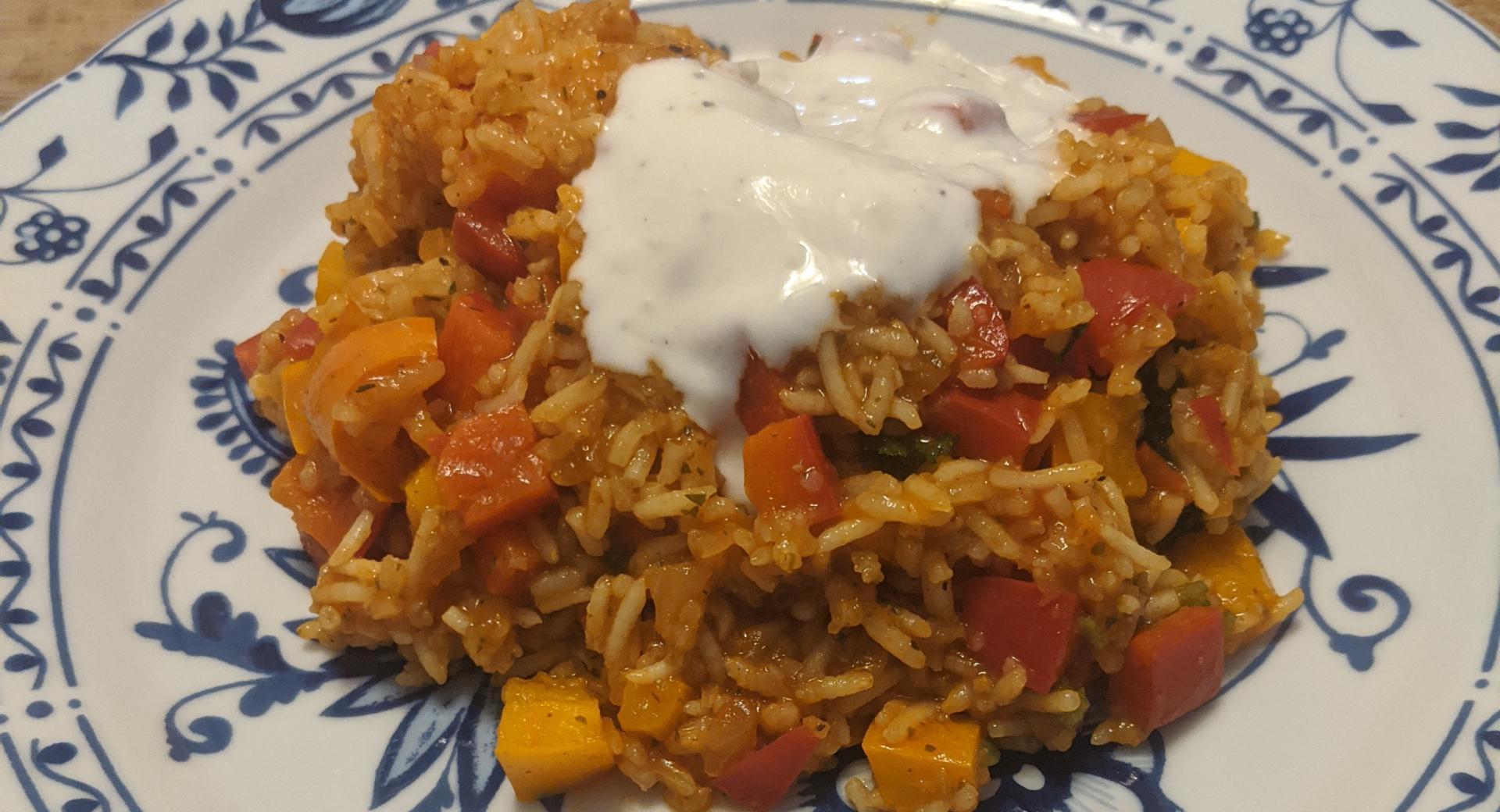 Parika-Reispfanne mit Knoblauch-Joghurtsauce