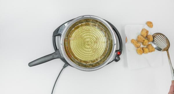 Schalte den Navigenio aus, wende die Nuggets kurz und nimm sie heraus sobald sie gold-braun sind. Du kannst sie kurz auf Küchenpapier abtropfen lassen.