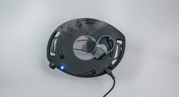 Solange der Navigenio rot/blau blinkt, gib die Backzeit von ca. 1 Minute mit der rechten Taste des Audiotherms ein. Der Navigenio blinkt blau, am Audiotherm erscheint das Funksymbol.
