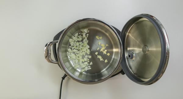 Bereite dein Zutaten nach Rezeptangabe vor und stelle den leeren Topf auf den Navigenio. Verschliesse den Topf mit dem EasyQuick – den zum Topf passenden Dichtring sollest du in den EasyQuick eingelegt haben. Gib gewürfelte Zwiebeln und Knoblauch in den kalten Topf.