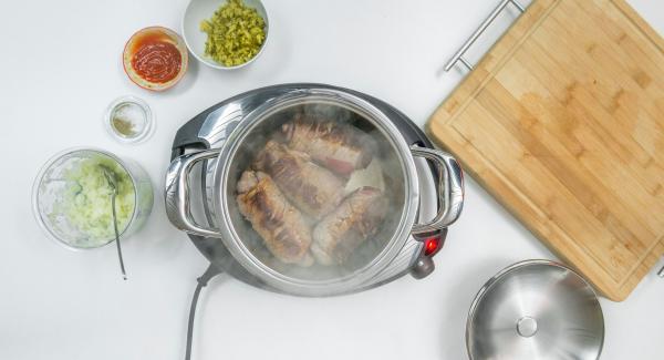 """Bereite deine Zutaten nach Rezeptangabe vor. Stelle deinen Topf auf den Navigenio und brate das Fleisch nach Rezeptangaben portionsweise an (siehe AMC Step by Step """"<a href=""""https://www.kochenmitamc.info/kochen/braten-ohne-zusatz-von-fett"""">Braten ohne Zusatz von Fett</a>"""")."""