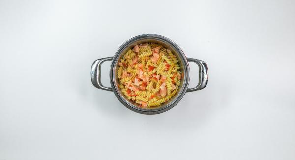 """Mische einfach fertig gegarte Nudeln (<a href=""""https://www.kochenmitamc.info/kochen/kontrolliertes-soft-schnellkochen"""">Kontrolliertes soft-Schnellkochen</a>) mit weiteren beliebigen Zutaten, wie z.B. Schinkenwürfel für dein Lieblingsrezept. Rühre mit Ei verquirlte Sahne unter und würze ganz nach deinem persönlichen Geschmack."""