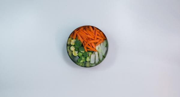 Schneide dein Lieblingsgemüse in Stücke und spüle es in einem Sieb kurz unter fließendem Wasser ab.