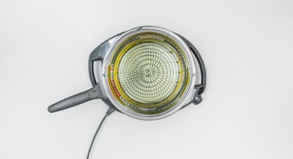 Gib Frittier-Öl (Menge nach Rezeptangabe) in eine HotPan, stelle sie auf den Navigenio und lege den Deckel auf.