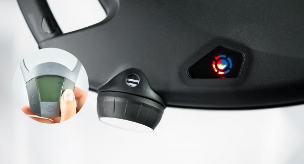 Schalte den Navigenio auf große Stufe. Solange der Navigenio rot/blau blinkt, schalte den Audiotherm mit der rechten oder linken Taste ein. Gib die Gratinierzeit von ca. 5 Minuten mit der rechten Taste des Audiotherms ein.
