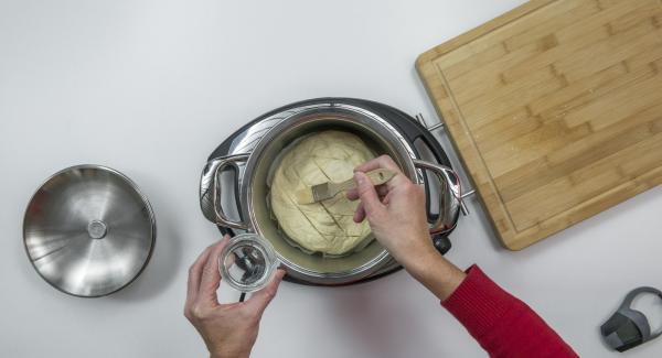 Schalte das Signal mit der rechten oder linken Taste ab. Nimm den Audiotherm und den Deckel ab und leg den Teiglaib ein. Schneide den Teiglaib gitterartig leicht ein und streiche ihn mit Wasser ein.