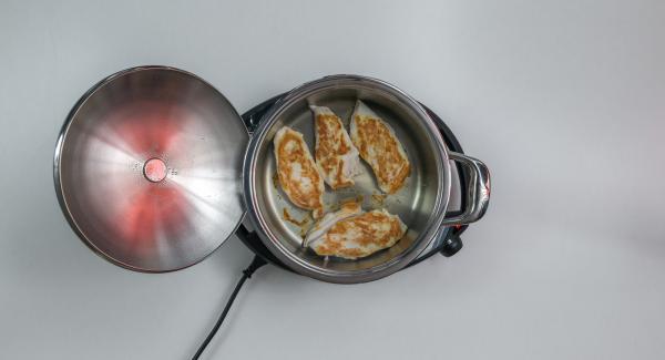 Schalte das Signal mit rechter oder linker Taste ab und nimm den Audiotherm und den Deckel ab. Jetzt kannst du das Fleisch wenden.
