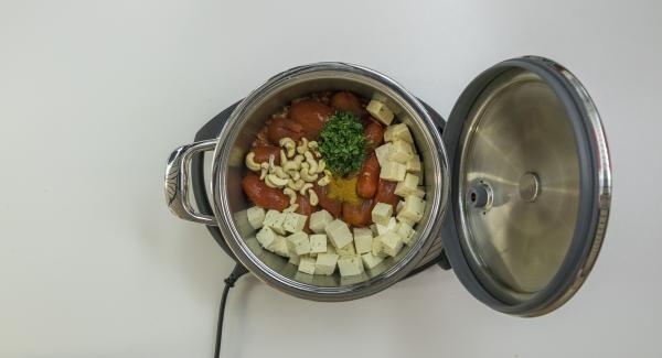 Brate die Zwiebeln kurz an und schalte den Navigenio auf Stufe 2. Gib je nach Rezept weitere Zutaten und eine gewisse Flüssigkeitsmenge (ca. 150 ml) hinzufügen.