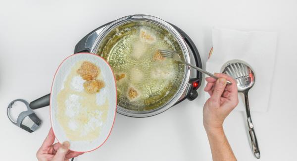 Schalte den Navigenio auf Stufe 2, gib die Chicken Nuggets in die HotPanund lege den Deckel auf.