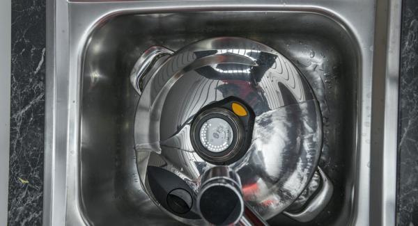 Halte den Topf mit dem Secuquick unter fließend kaltes Wasser.