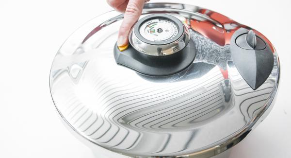Drücke den gelben Knopf, damit der Druck entweichen kann (nicht anwenden bei schäumenden Speisen mit Sahne oder Milch, bei Fleischsuppen sowie bei Pellkartoffeln) und nimm ihn ab.