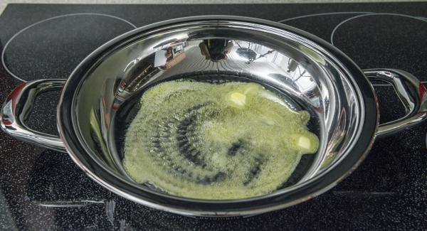 Butter in eine HotPan geben und Herd auf höchster Stufe schalten. Sobald die Butter zu schäumen beginnt, durch Schwenken in der HotPan verteilen und Kartoffelburger einlegen.