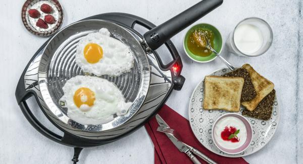 Schlage zwei Eier in die oPan und brate sie je nach Belieben fertig. Mit Salz und Pfeffer verleihst du noch eine würzige Note.