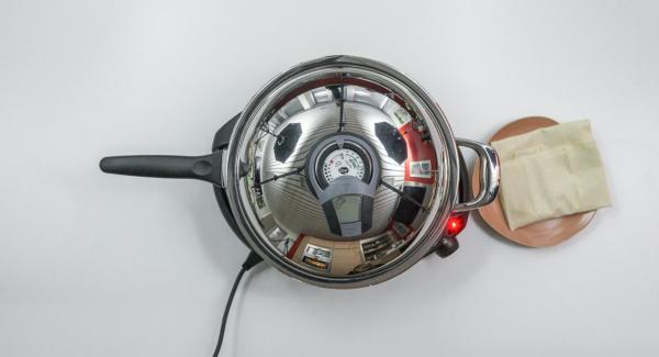 HotPan auf Herd stellen und diesen auf höchste Stufe schalten. Audiotherm einschalten, auf Visiotherm aufsetzen und drehen bis das Brat-Symbol erscheint.