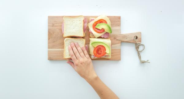 Mit den restlichen vier Toastscheiben belegen, etwas zusammendrücken.