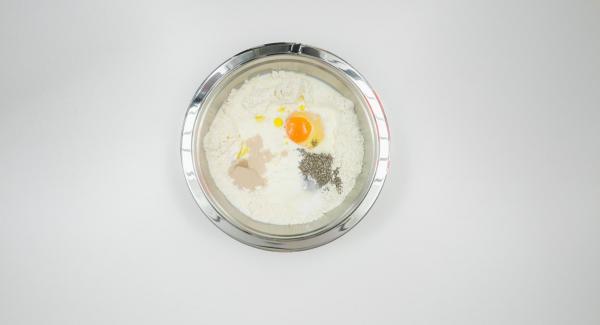 Mehl mit Hefe, Zucker und Salz mischen. Eine Vertiefung hineindrücken. Milch, Öl, Joghurt und Ei hineingeben. Chiasamen zufügen und alles zu einem geschmeidigen Teig verarbeiten.