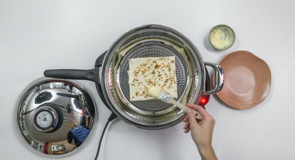 Erste Seite ca. 1 Minute backen. Börek wenden und ca. 1 Minute fertig backen. Nach Belieben mit etwas weicher Butter bestreichen.