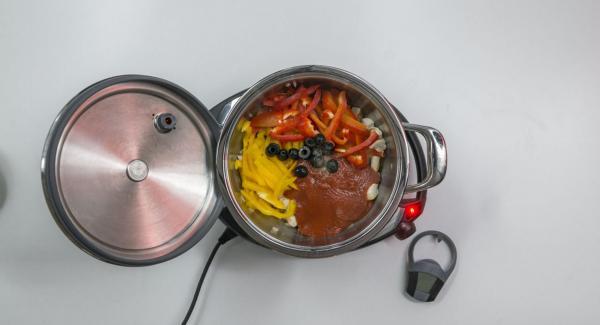 Tomatensauce, Paprika und Oliven zugeben. Mit Salz und Pfeffer würzen.