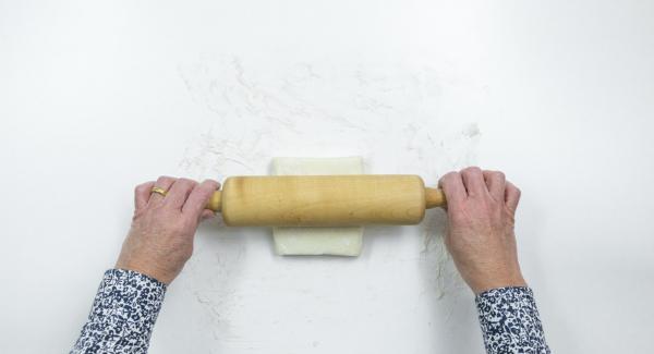 Blätterteig auf einer bemehlten Arbeitsfläche ausrollen und in zwölf Quadrate von 10 x 10 cm schneiden.