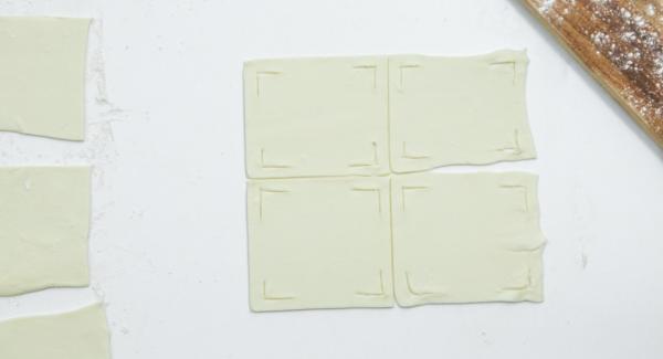 Jedes Quadrat an allen 4 Ecken so einscheiden, wie auf den Fotos zu sehen ist.