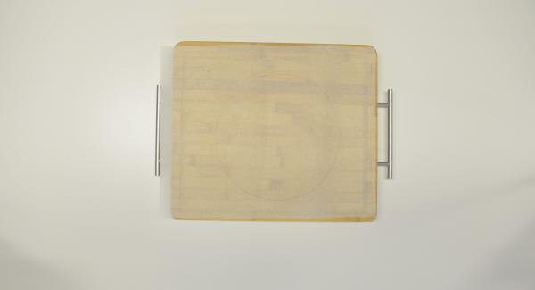 Mit Hilfe des Deckels 24 cm einen Kreis aus Backpapier ausschneiden.