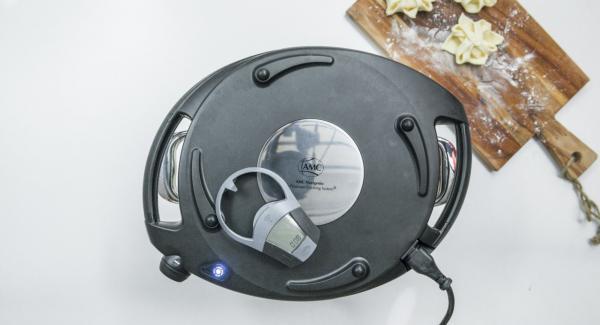 Topf in den umgedrehten Deckel stellen und den Navigenio überkopf auflegen. Auf kleine Stufe schalten, solange der Navigenio rot/blau blinkt ca. 8 Minuten im Audiotherm eingeben und hellbraun backen. Teigtaschen herausnehmen und abkühlen lassen.