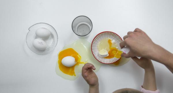 Eier trennen und Eiweiss mit dem Salz steif schlagen.