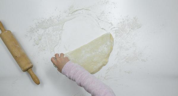 Teig auf einer bemehlten Arbeitsfläche ca. 1,5 cm dick ausrollen und mit einer Tasse oder einem Glas Kreise von ca. 5 cm ausstechen.