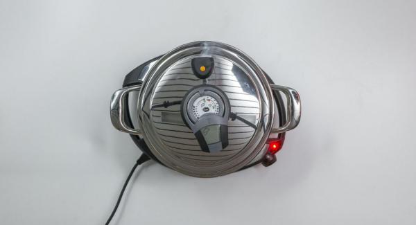 Sobald der Audiotherm beim Erreichen des Brat-Fensters piepst, auf Stufe 2 schalten und Hähnchen hineingeben. EasyQuick aufsetzen und mit Hilfe des Audiotherms braten bis der Wendepunkt bei 90 °C erreicht ist.