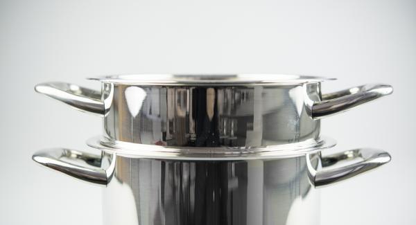 Spinat in Kombi-Siebeinsatz geben, auf Topf stellen und EasyQuick mit Dichtring 24 cm aufsetzen.