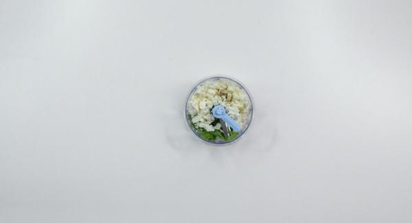 Petersilienblätter abzupfen und mit Schafskäse und Pfeffer in den Quick Cut geben und krümelig zerkleinern.