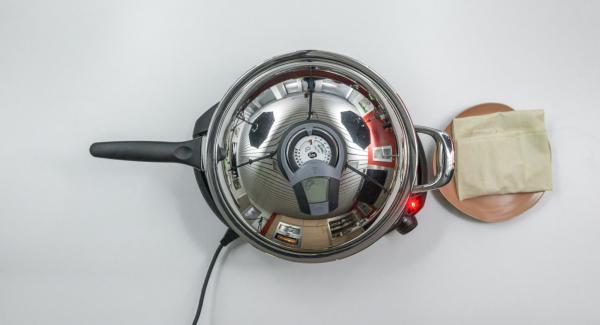 Sobald der Audiotherm beim Erreichen des Brat-Fensters piepst, auf niedrige Stufe schalten, ersten Börek einlegen und Deckel auflegen.