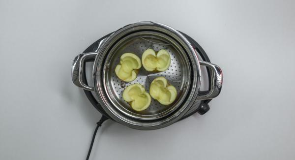 Wasser (ca. 150 ml) in den Topf geben. Äpfel waschen, längs halbieren und das Kerngehäuse mit einem Melonen-Ausstecher grosszügig entfernen. Äpfel in den Softiera-Einsatz setzen und diesen in den Topf stellen. EasyQuick mit Dichtring 24 cm aufsetzen.