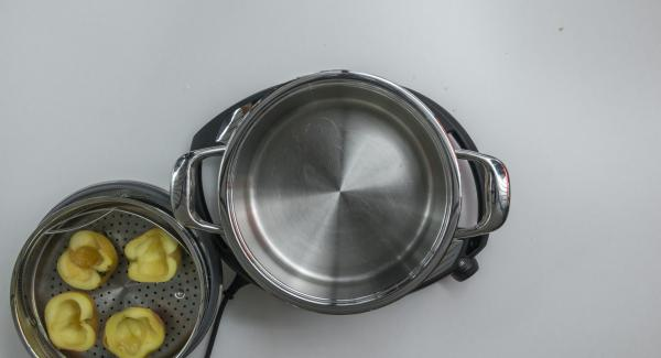 Nach Ablauf der Garzeit EasyQuick abnehmen. Wasser abgiessen und Topf mit Küchenpapier austrocknen.