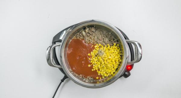 Sobald der Audiotherm beim Erreichen des Brat-Fensters piept, Hackfleisch mit Zwiebel-Mix hineingeben und krümelig anbraten. Mais und passierte Tomaten zugeben, kräftig würzen und gut vermischen.