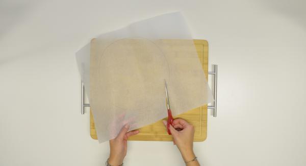 Für die Tortillas mit Hilfe eines Deckels 24 cm einen Kreis aus Backpapier ausschneiden. in den Kombi-Siebeinsatz legen und Tortillas übereinander daraufgeben.