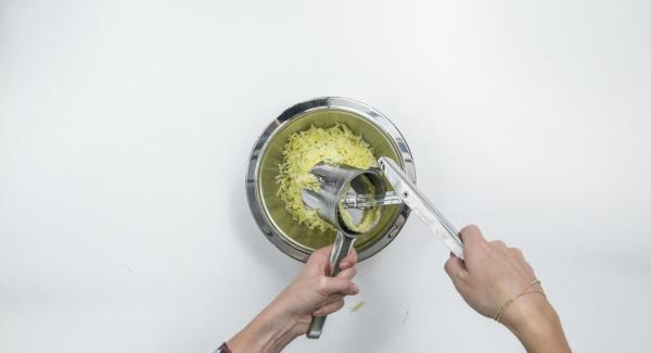 Kartoffeln pellen, auskühlen lassen und durch eine Kartoffelpresse drücken oder grob raspeln.