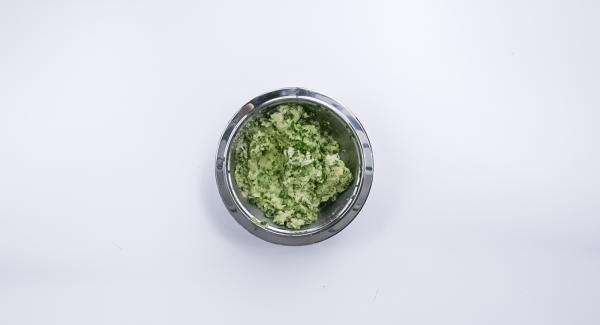 Zwiebel schälen, Spinat putzen und beides zusammen nach und nach im Quick Cut fein hacken. Kartoffeln und Spinat-Mix mit Ei, Parmesan und Paniermehl verkneten und mit Salz, Pfeffer und Muskat kräftig würzen.