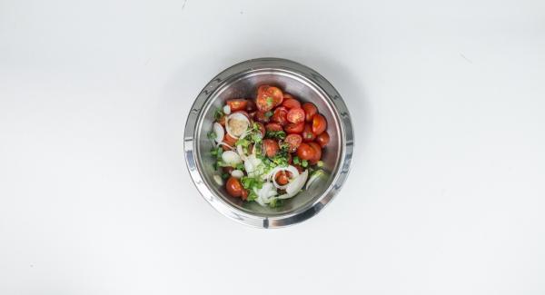 Cocktailtomaten putzen und halbieren oder vierteln, Frühlingszwiebel putzen und in feine Ringe schneiden. Tomaten und Zwiebel mit Öl und Balsamico mischen. Mit Salz und Pfeffer würzen.