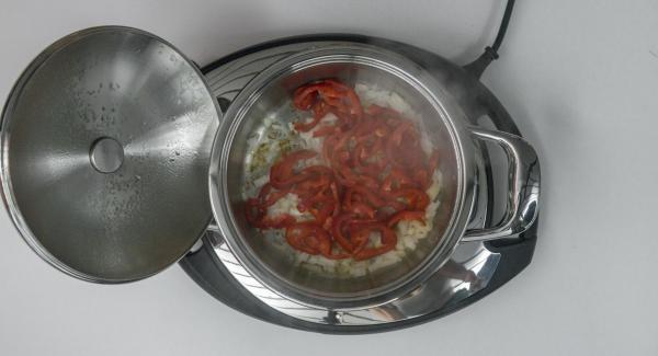 Sobald der Audiotherm beim Erreichen des Brat-Fensters piepst und Zwiebel anbraten. Tropfnasse Paprika zugeben und Deckel auflegen. Audiotherm einschalten, ca. 2 Minuten Garzeit am Audiotherm eingeben, auf Visiotherm aufsetzen und drehen bis das Gemüse-Symbol erscheint.