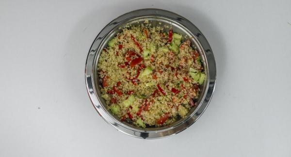 Gegarten Bulgur auflockern, mit Salz, Pfeffer und Kreuzkümmel würzen. Paprika-Zwiebel-Mischung, Tomaten, Gurke, Olivenöl und Zitronensaft unterheben und abschmecken.