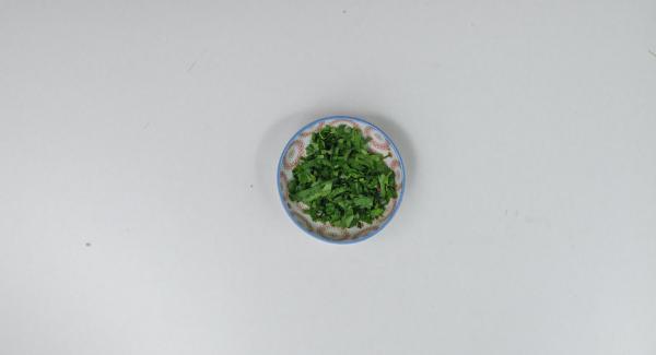Schafskäse grob zerkrümeln. Petersilienblätter abzupfen und hacken. Schafskäse über den Salat geben und mit Petersilie bestreuen.