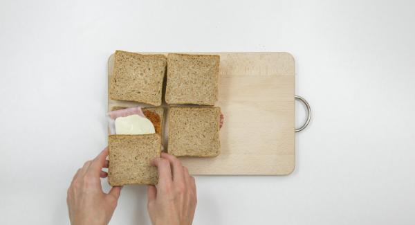 Hälfte der Toasts nach Wunsch belegen und mit restlichen Toasts abdecken.
