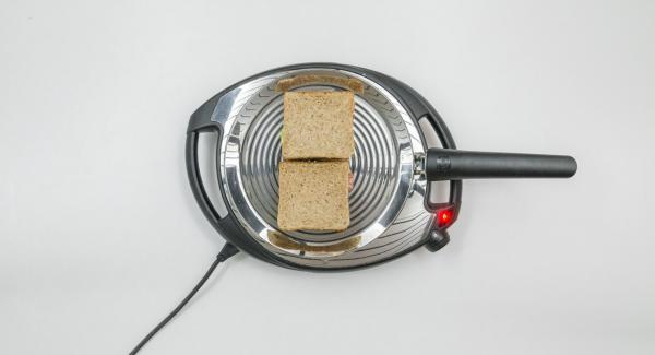 Auf Stufe 2 schalten und Toast in oPan legen. Sobald sich der Toast löst, wenden und von der anderen Seite braten.